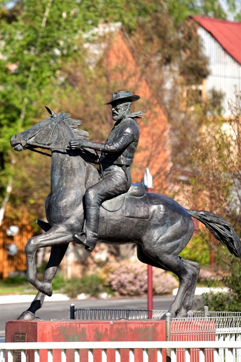Uralla-Thunderbolts-Statue-Simon-Scott.jpg